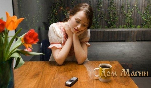 Девушка в ожидании звонка