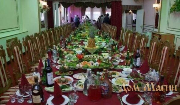 К чему снится накрытый стол едой?
