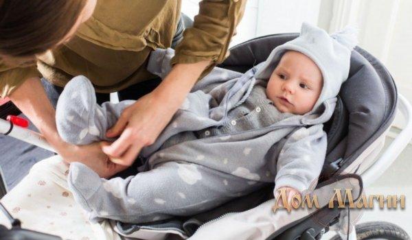 Ухаживать за маленьким новорожденным ребенком